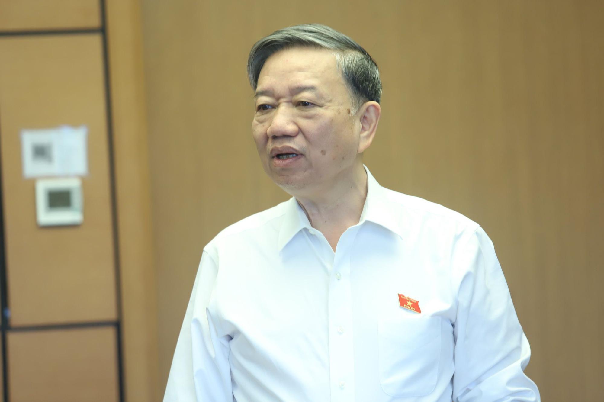 Bộ trưởng Bộ Công an: Xe ưu tiên vượt đèn đỏ là rất vô lý - Ảnh 1.