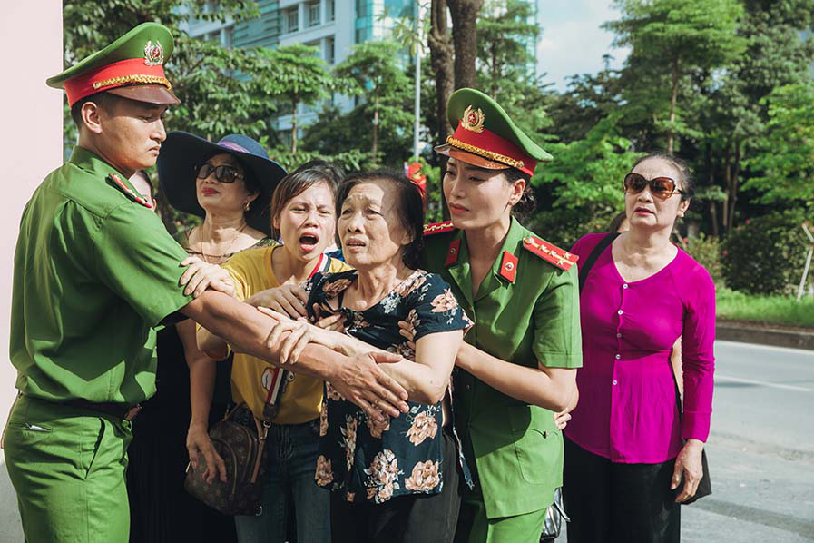 """Sao Mai Huyền Trang """"hoá"""" thành cảnh sát hình sự trong phim ca nhạc """"Nắng lên bên mẹ""""  - Ảnh 3."""