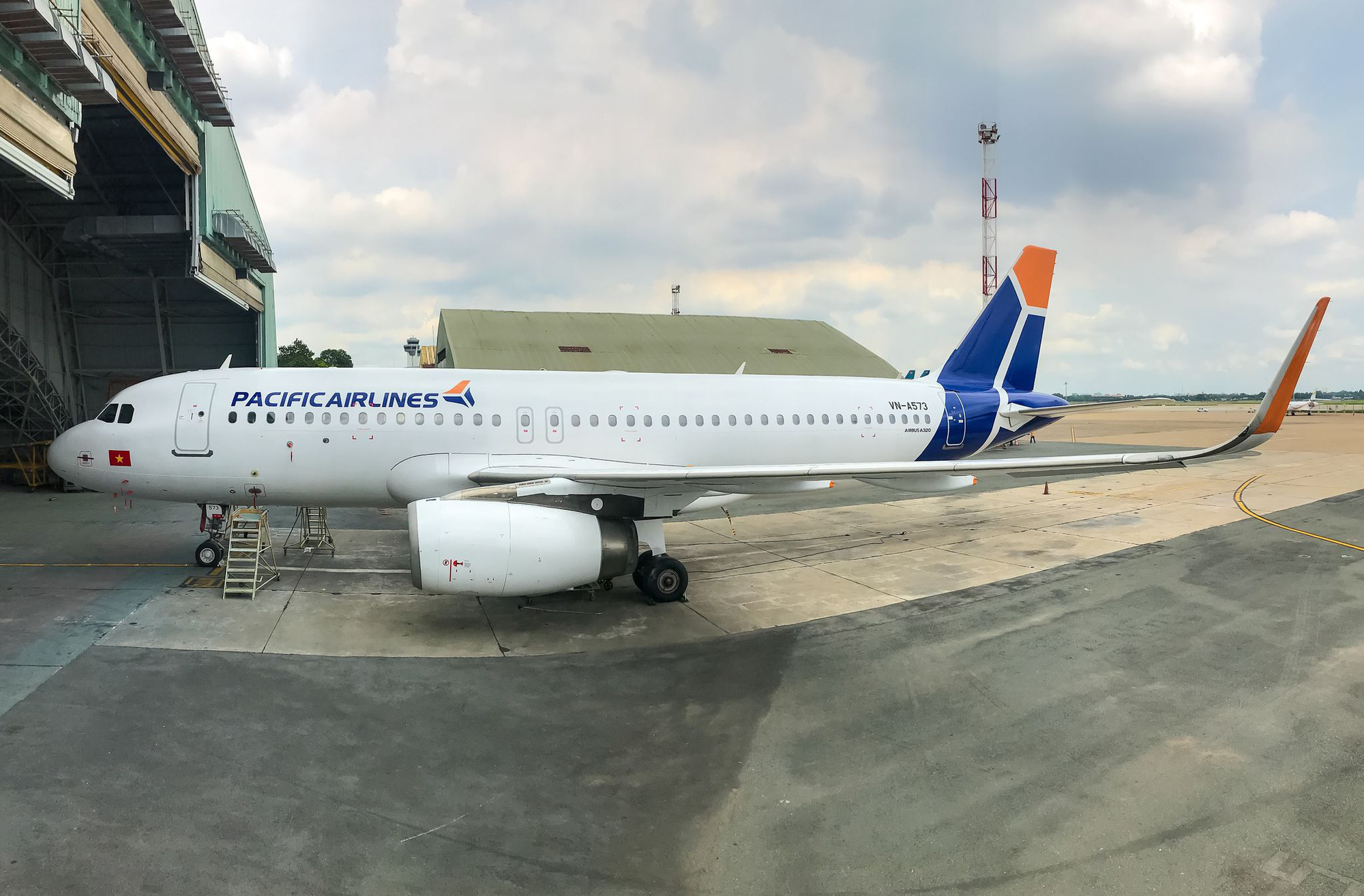 Nhiều chuyến bay tới Nội Bài phải hạ xuống sân bay khác - Ảnh 1.