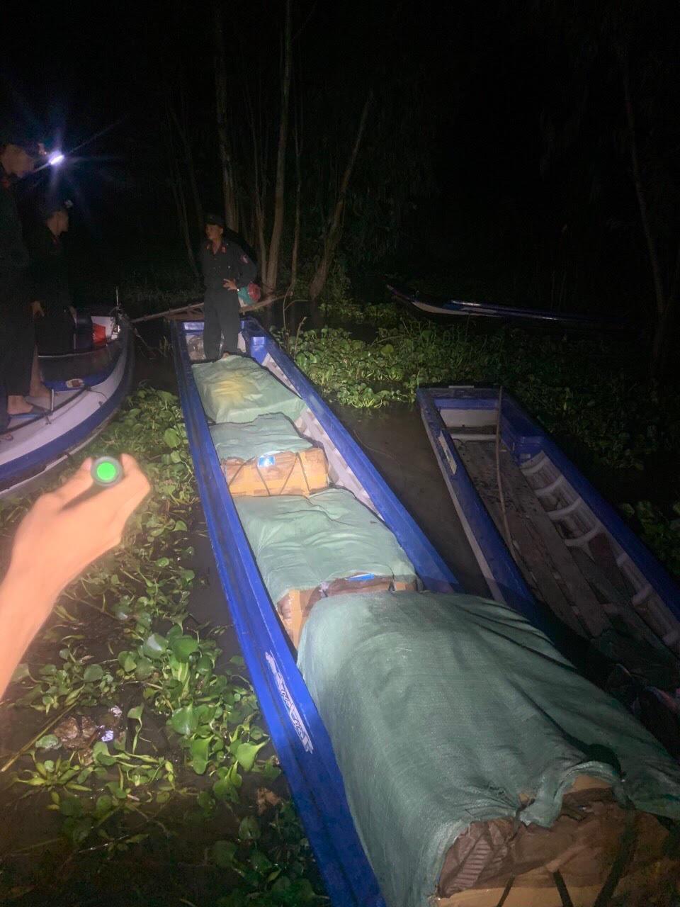 An Giang: Bắt vỏ lãi chở 20 nghìn khẩu trang y tế đang trên đường chuyển sang biên giới Camphuchia - Ảnh 1.