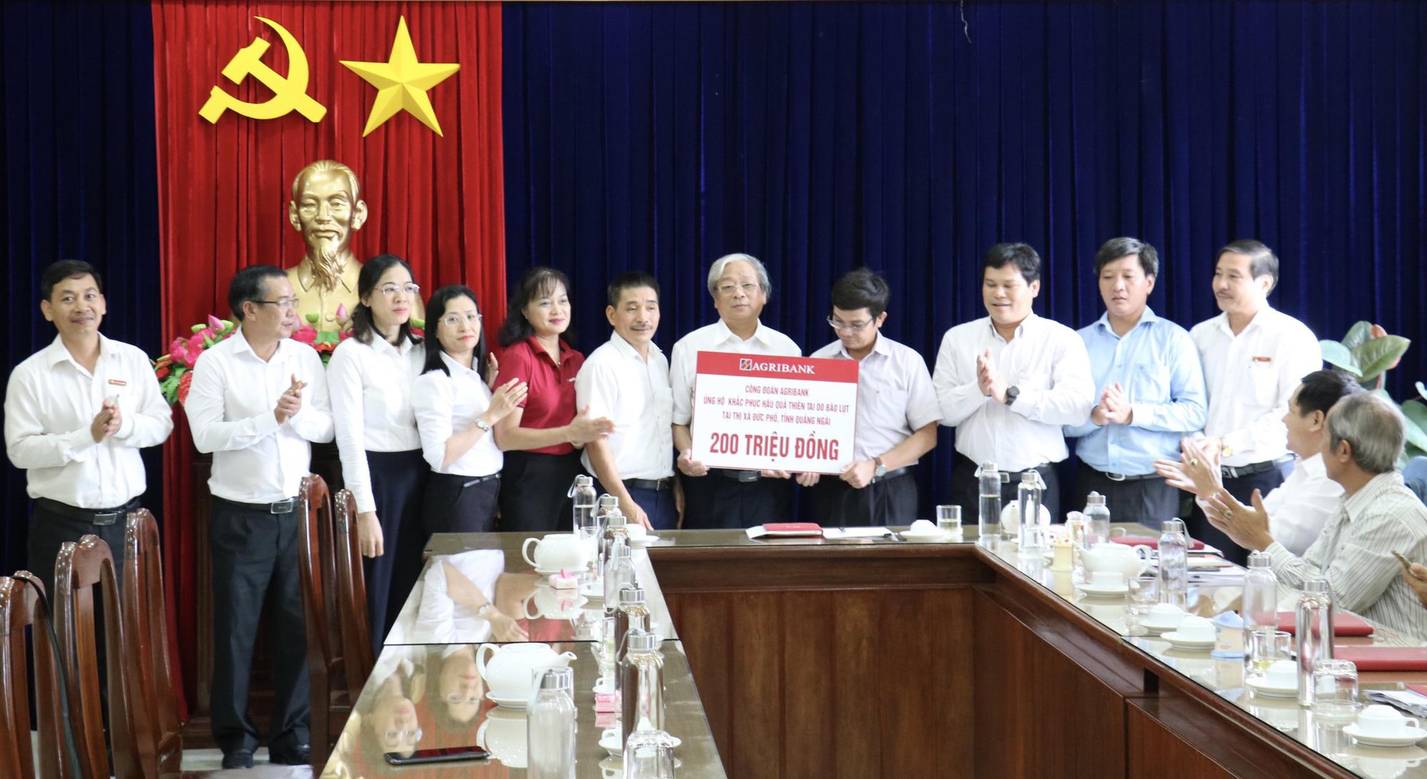 Agribank tiếp tục ủng hộ 1,3 tỷ đồng cho người dân Quảng Ngãi khắc phục hậu quả bão lũ - Ảnh 1.