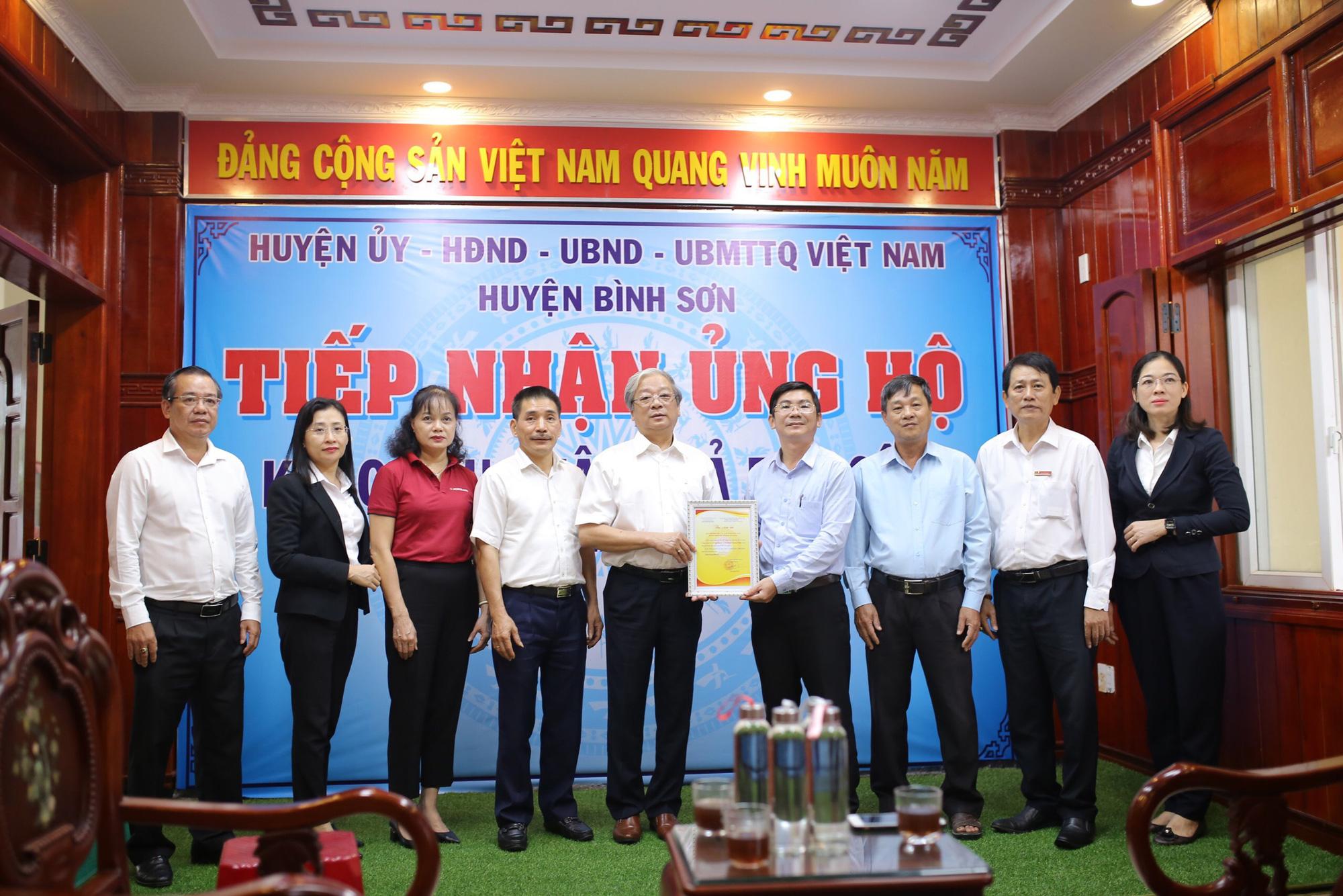 Agribank tiếp tục ủng hộ 1,3 tỷ đồng cho người dân Quảng Ngãi khắc phục hậu quả bão lũ - Ảnh 2.