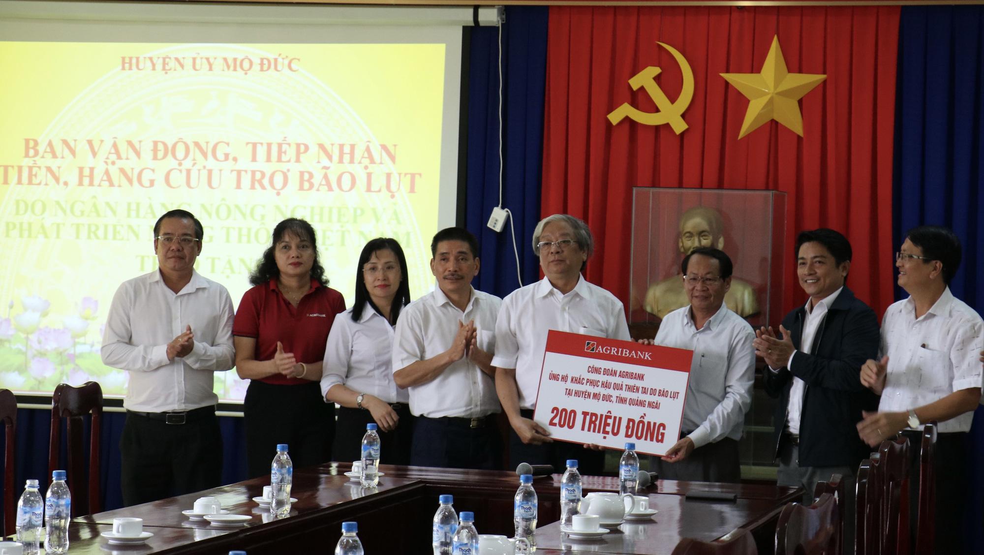 Agribank tiếp tục ủng hộ 1,3 tỷ đồng cho người dân Quảng Ngãi khắc phục hậu quả bão lũ - Ảnh 5.
