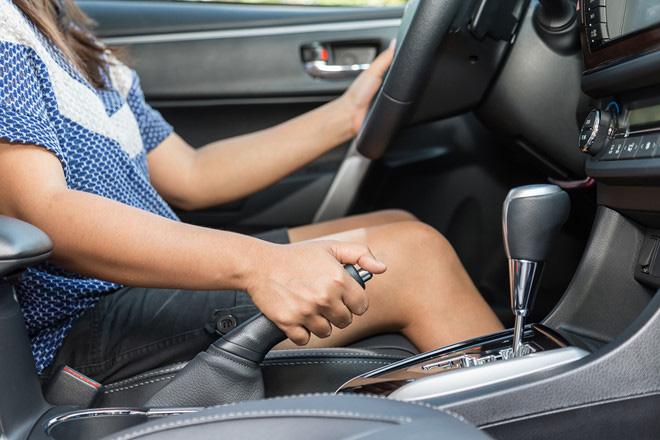 Vì sao tài xế không nên về số P trước khi phanh tay? - Ảnh 1.
