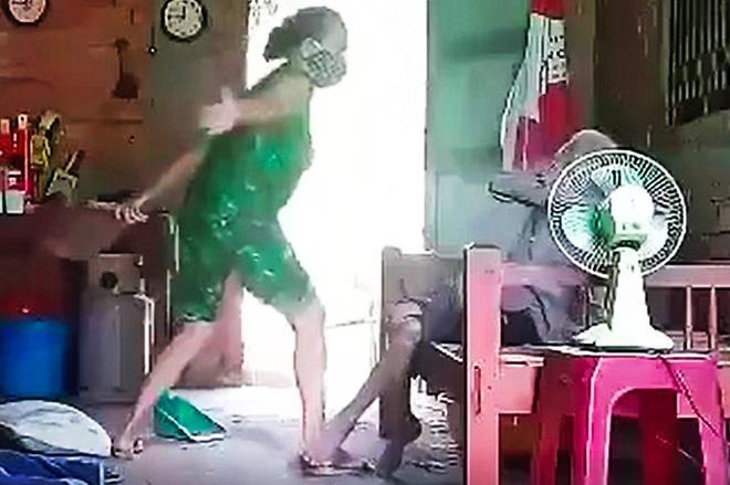 Truy tố người phụ nữ bạo hành dã man mẹ ruột - Ảnh 1.