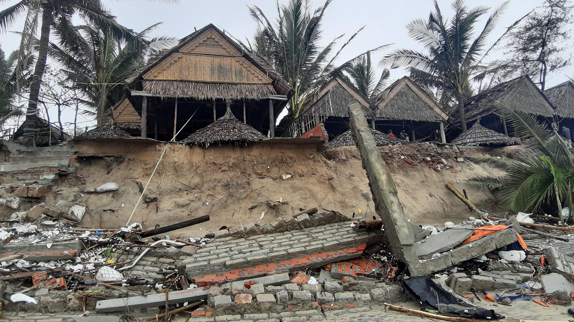 Ảnh hưởng bão số 13: Hàng chục nhà hàng ven biển An Bàng, Hội An bị đánh sập  - Ảnh 4.