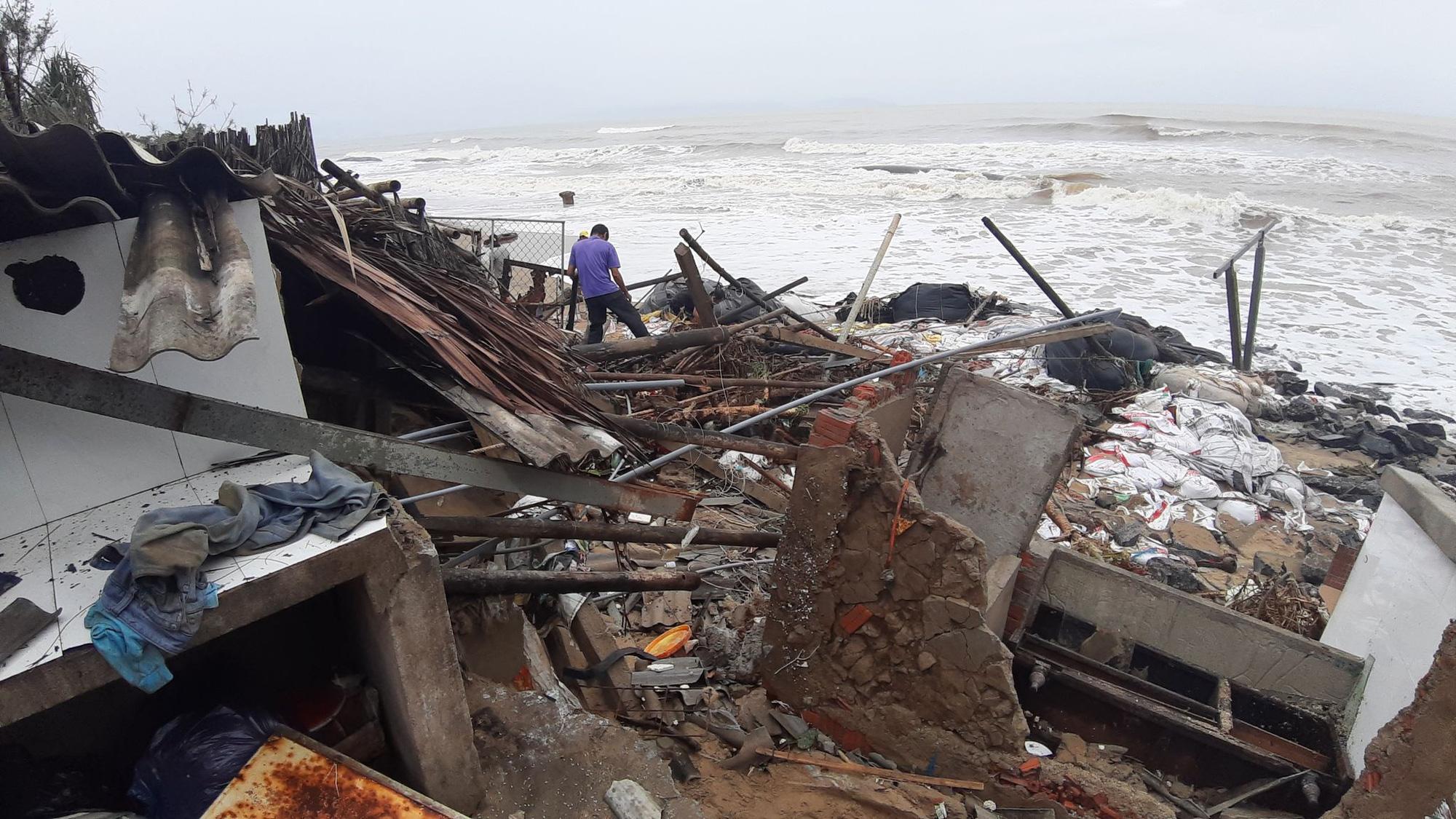 Ảnh hưởng bão số 13: Hàng chục nhà hàng ven biển An Bàng, Hội An bị đánh sập  - Ảnh 8.