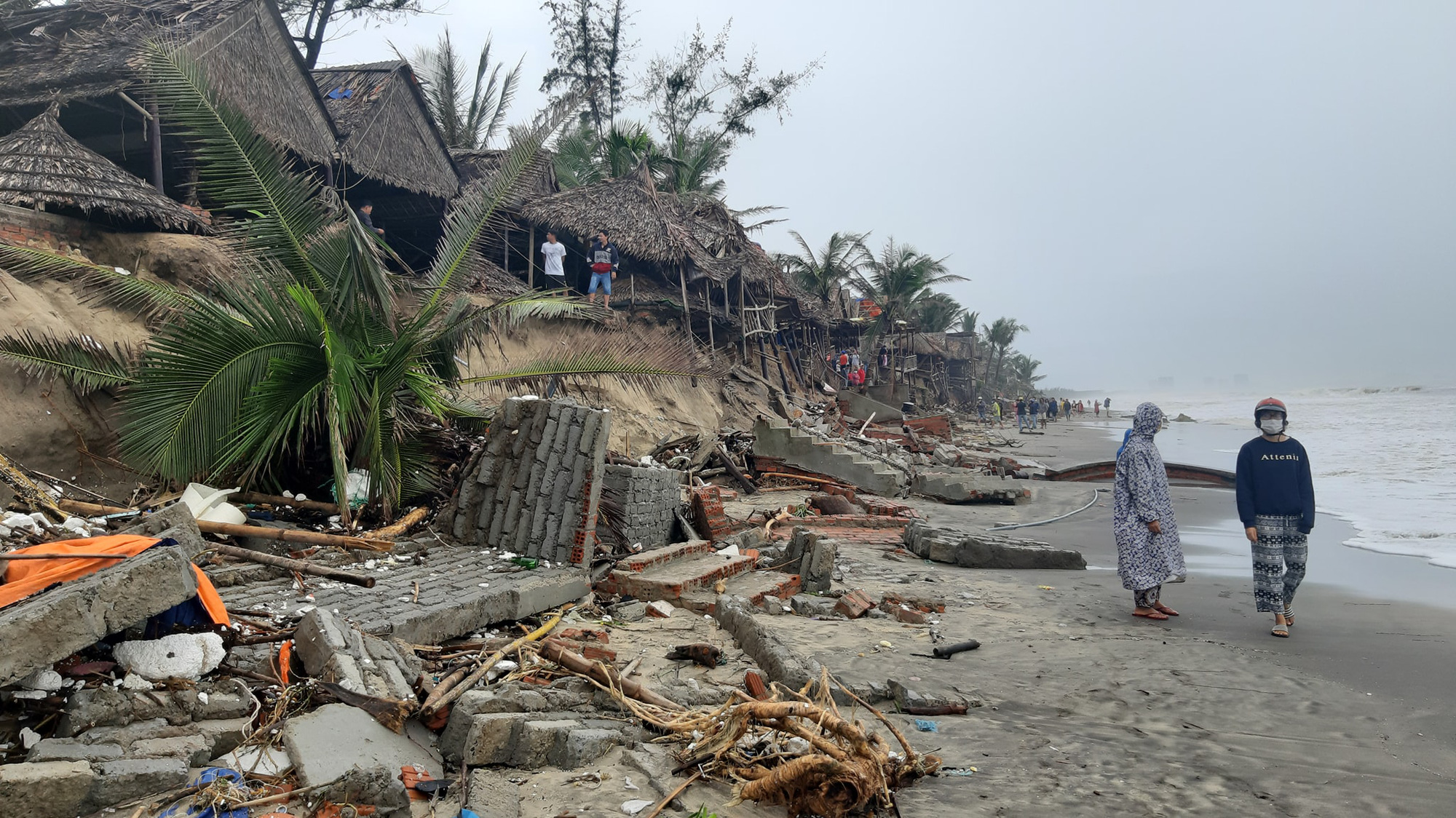 Ảnh hưởng bão số 13: Hàng chục nhà hàng ven biển An Bàng, Hội An bị đánh sập  - Ảnh 6.