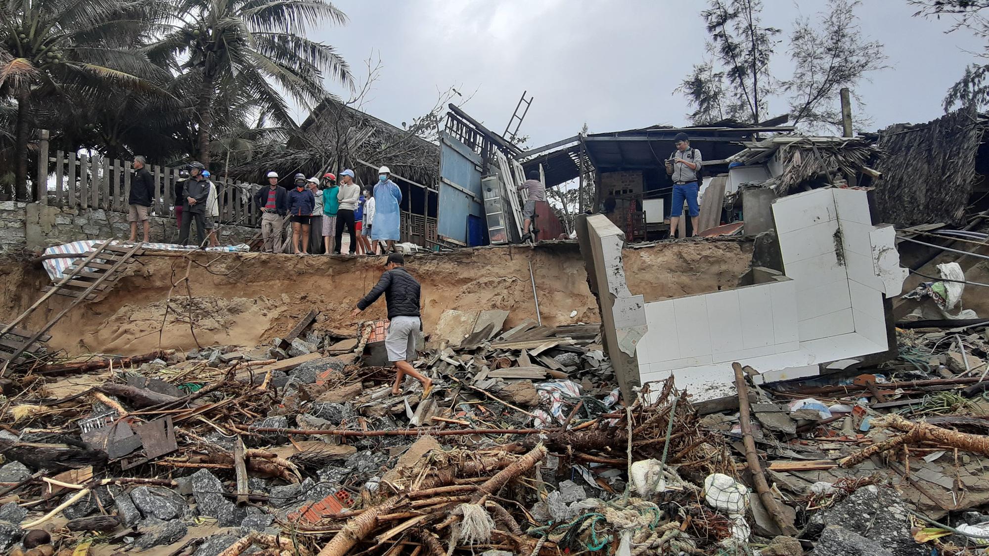 Ảnh hưởng bão số 13: Hàng chục nhà hàng ven biển An Bàng, Hội An bị đánh sập  - Ảnh 1.