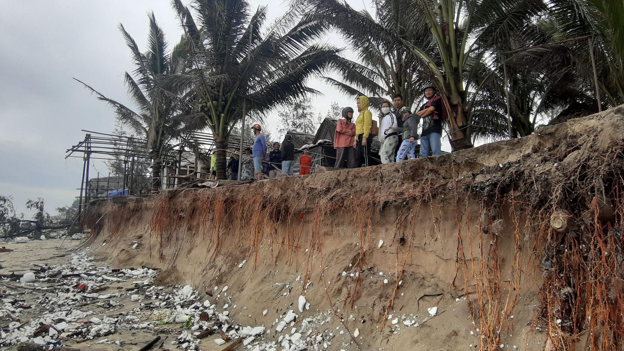 Ảnh hưởng bão số 13: Hàng chục nhà hàng ven biển An Bàng, Hội An bị đánh sập  - Ảnh 2.