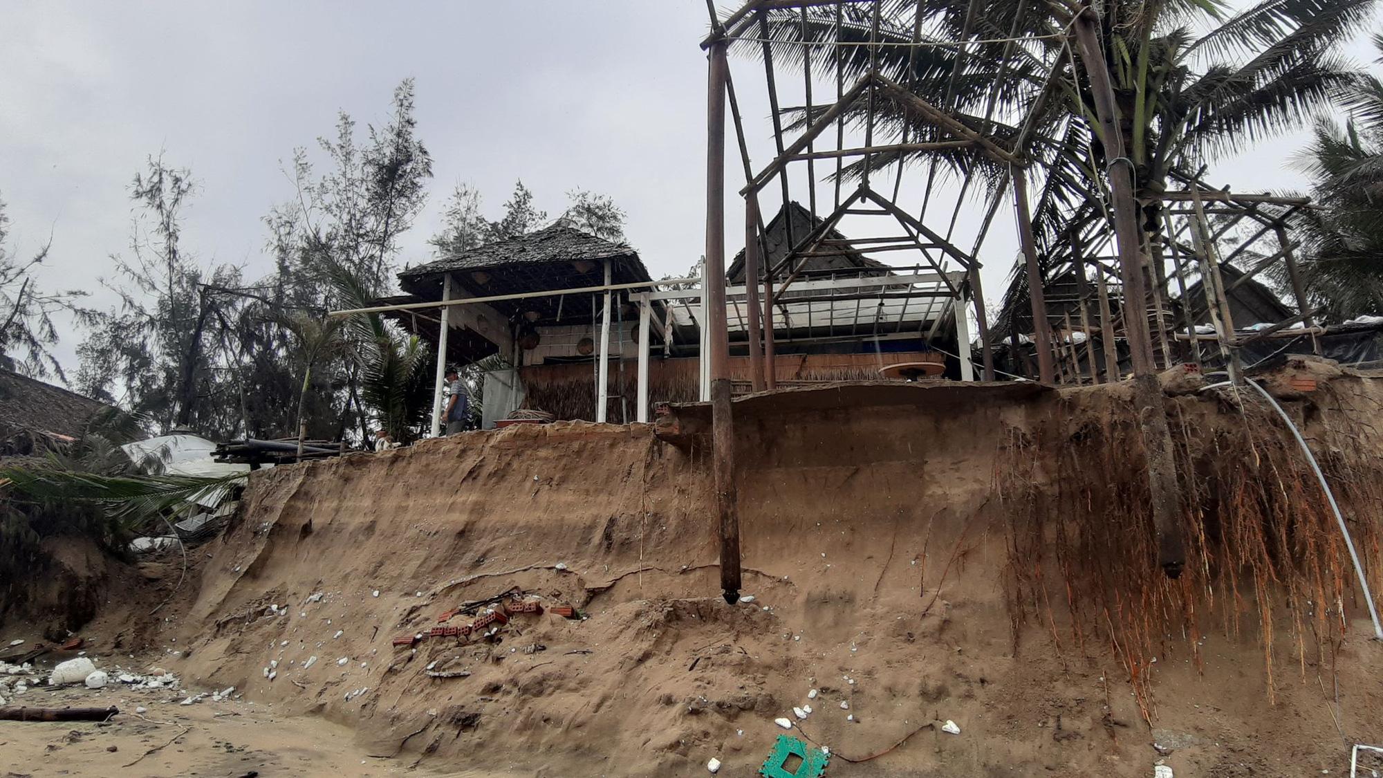 Ảnh hưởng bão số 13: Hàng chục nhà hàng ven biển An Bàng, Hội An bị đánh sập  - Ảnh 7.
