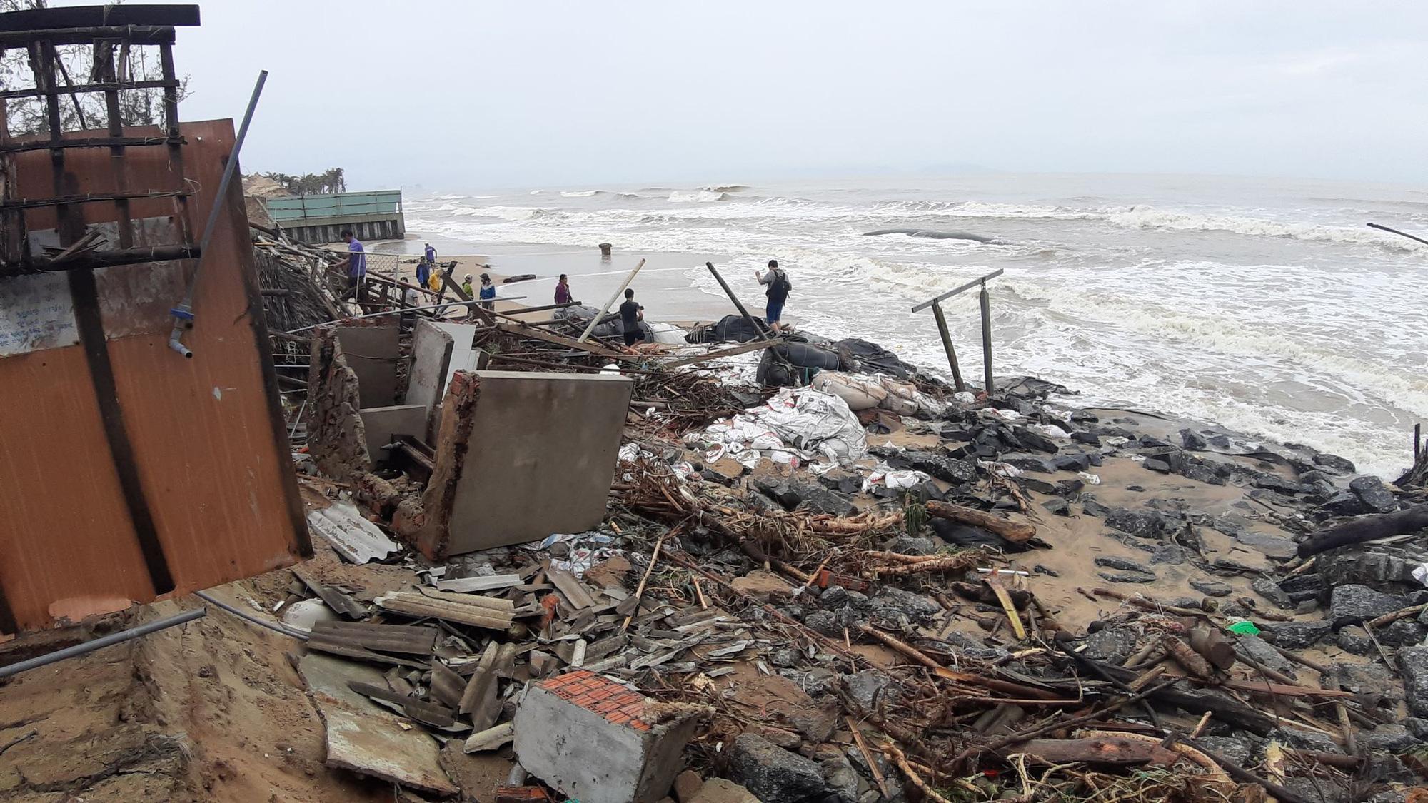 Ảnh hưởng bão số 13: Hàng chục nhà hàng ven biển An Bàng, Hội An bị đánh sập  - Ảnh 9.