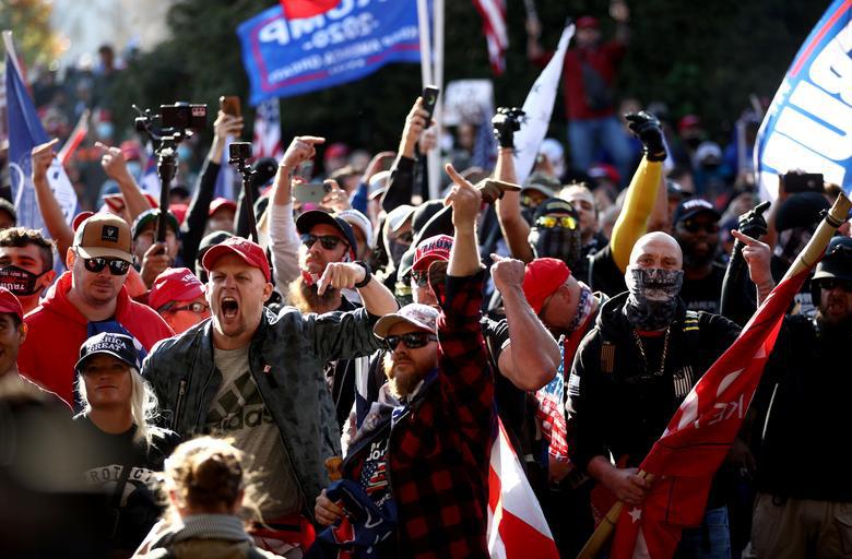 Ảnh: Nghìn người kéo về Washington phản đối kết quả bầu cử, Tổng thống Donald Trump vẫn đi chơi golf - Ảnh 2.