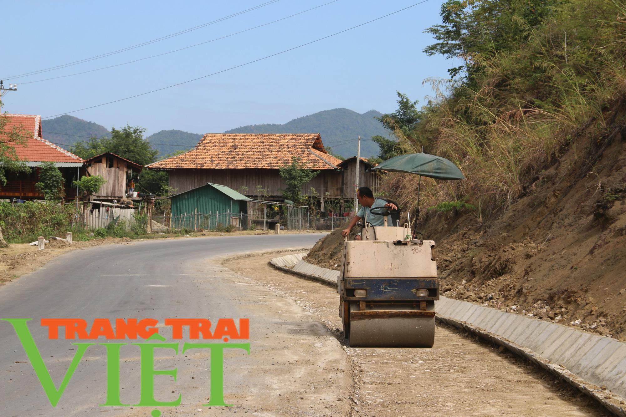 Quỳnh Nhai: Niềm vui trên những con đường nông thôn mới - Ảnh 1.