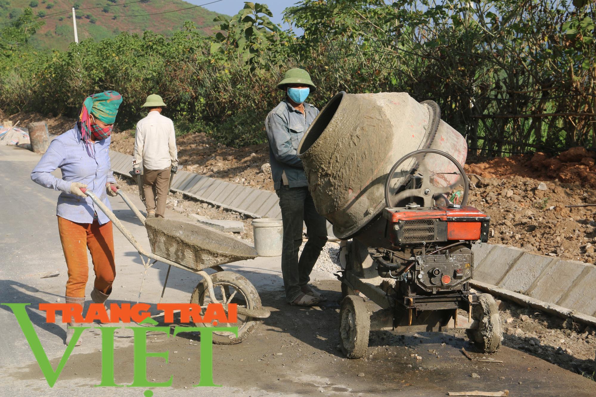 Quỳnh Nhai: Niềm vui trên những con đường nông thôn mới - Ảnh 6.