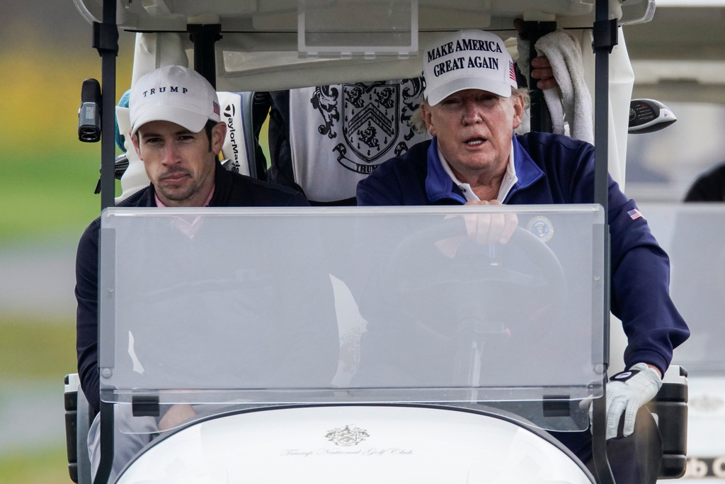 Ảnh: Nghìn người kéo về Washington phản đối kết quả bầu cử, Tổng thống Donald Trump vẫn đi chơi golf - Ảnh 10.