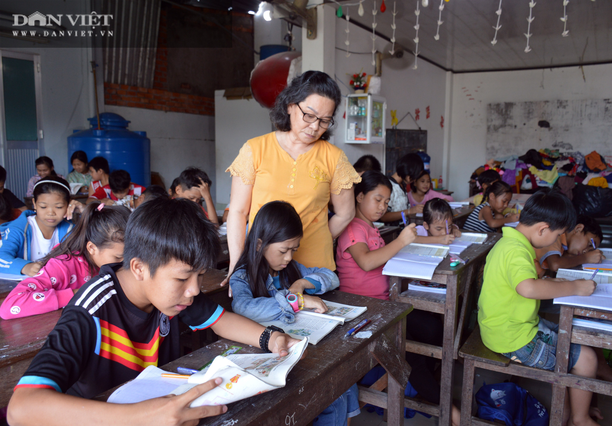 Lớp học tình thương 20 năm của con, em người lao động nghèo ở Cà Mau - Ảnh 1.