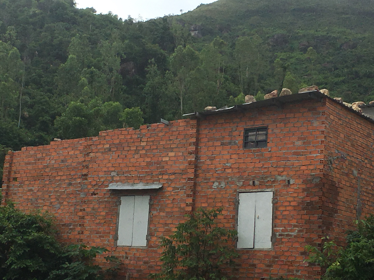 Dân xóm núi sống trong thấp thỏm, lo âu - Ảnh 3.