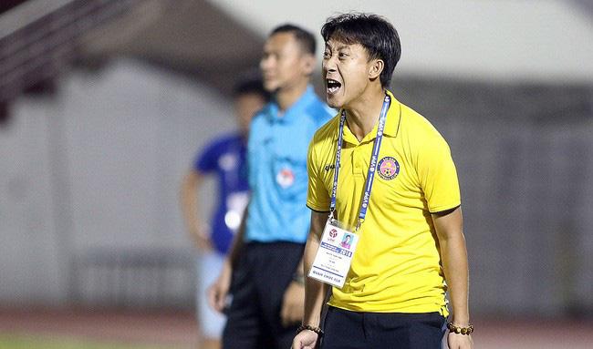 """HLV Quảng Nam FC """"cười từ thiện"""" khi HLV Vũ Tiến Thành """"đuổi"""" 18 cầu thủ - Ảnh 2."""