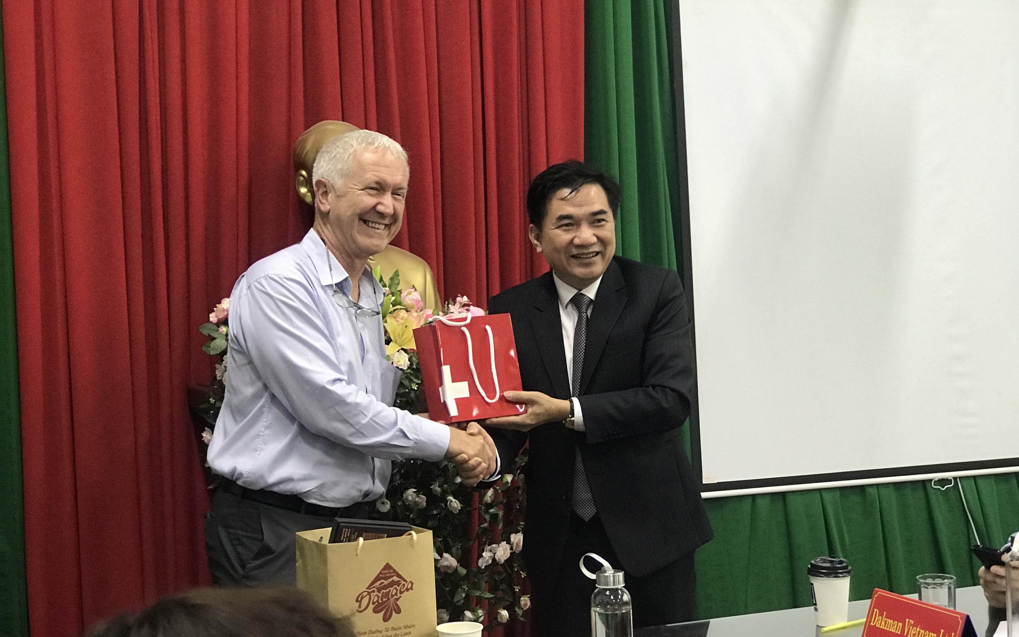 Đại sứ đặc mệnh toàn quyền Thụy Sĩ tại Việt Nam thăm nông dân trồng cà phê, hồ tiêu bán giá cao ở Đắk Lắk