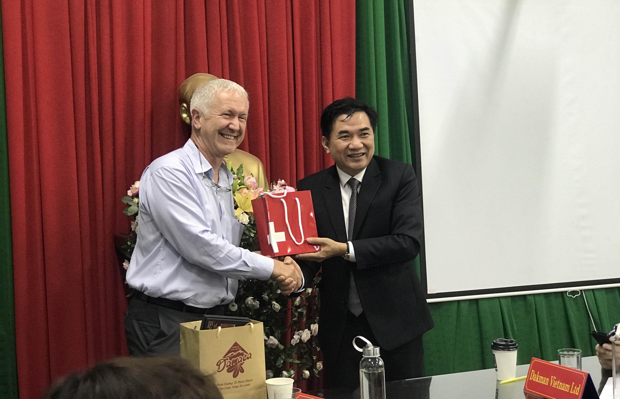 Đại sứ đặc mệnh toàn quyền Thụy Sĩ tại Việt Nam thăm nông dân Đắk Lắk - Ảnh 2.