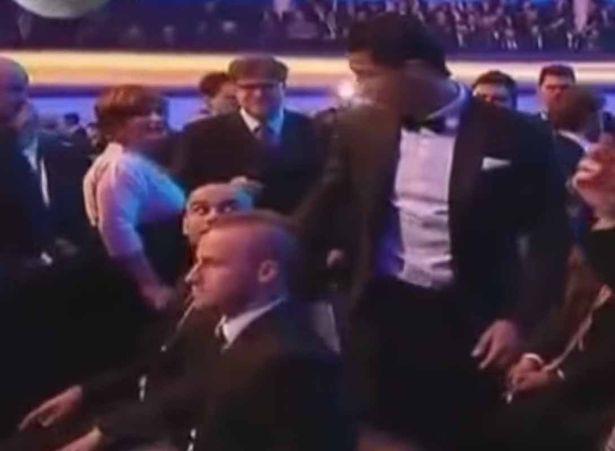 Pep từ chối bắt tay Ronaldo.