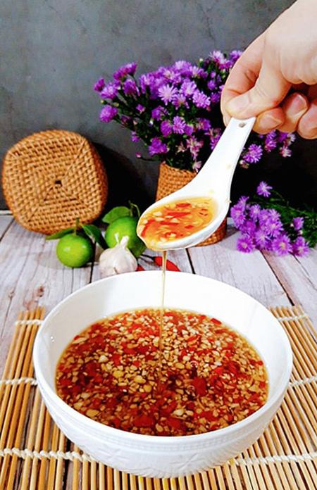 Cách pha nước chấm tỏi ớt chua ngọt thơm ngon, cả nhà mê tít