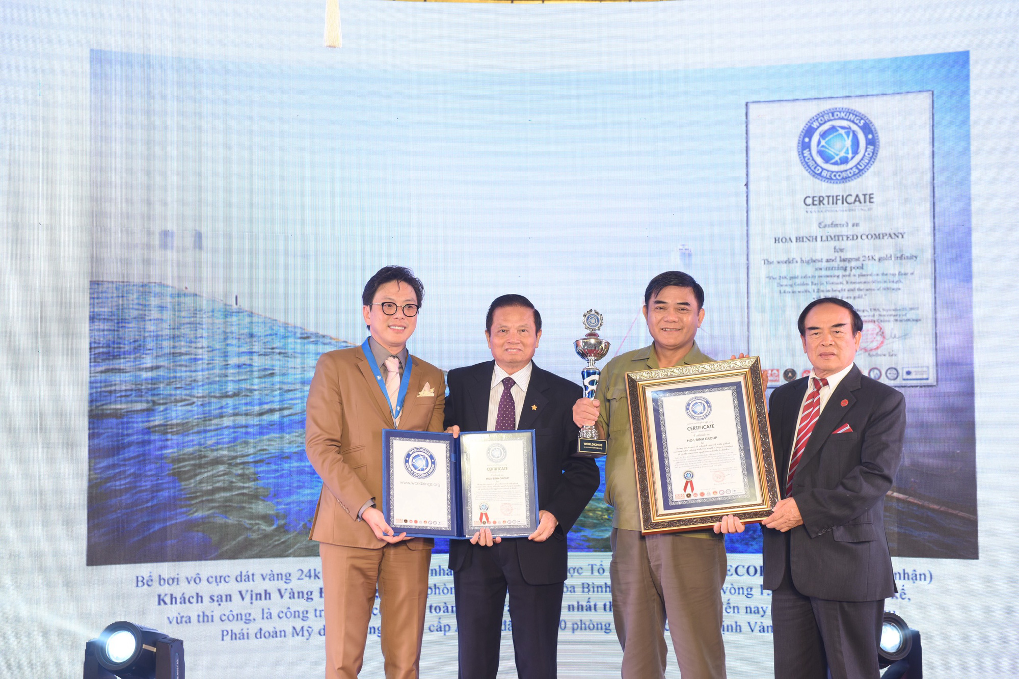 Khách sạn dát vàng 9999 đầu tiên trên thế giới ở Hà Nội xác lập kỷ lục - Ảnh 6.