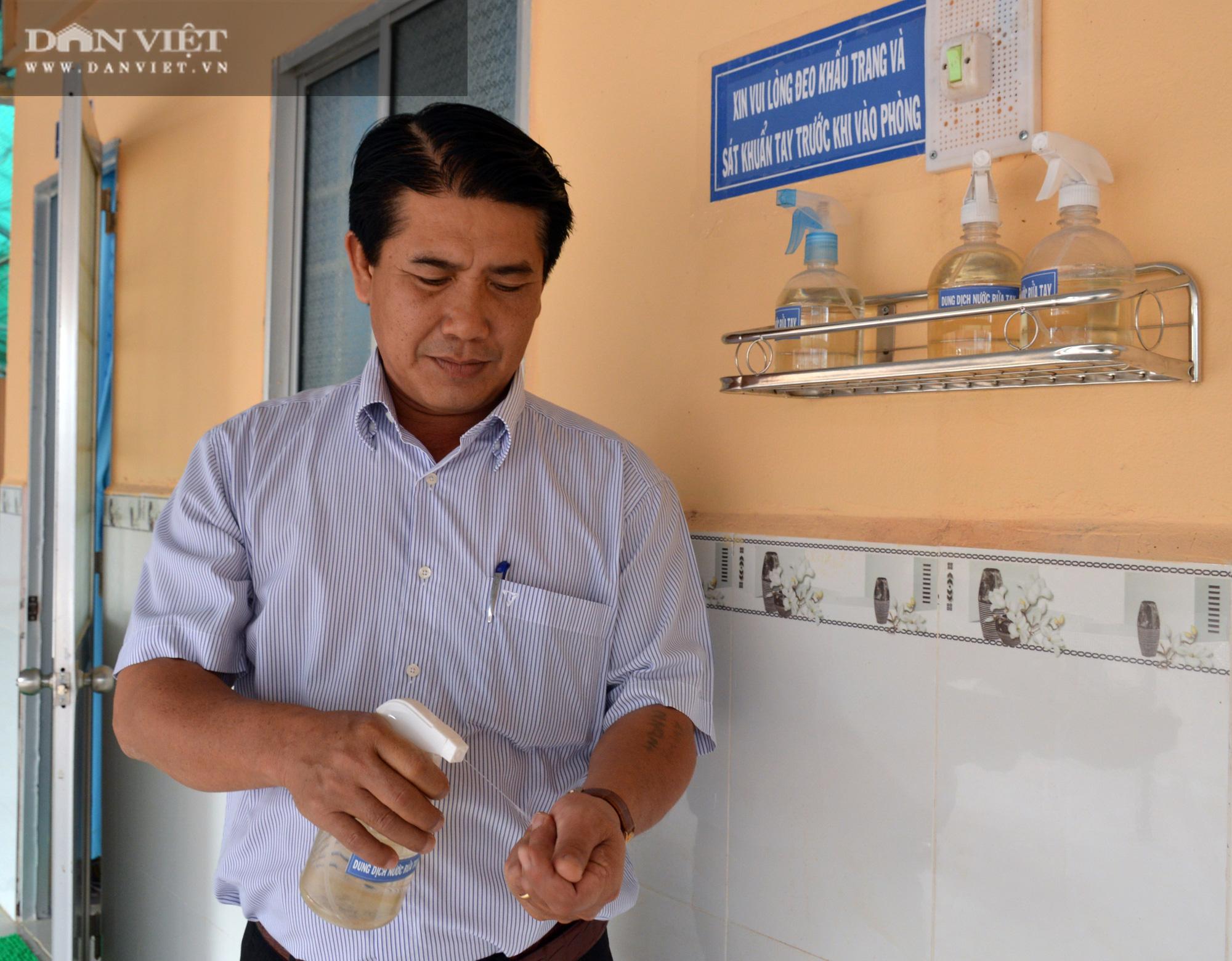 Người thầy Hiệu trưởng vùng sâu mang nước rửa tay, khẩu trang đến tận nhà cho học sinh - Ảnh 2.