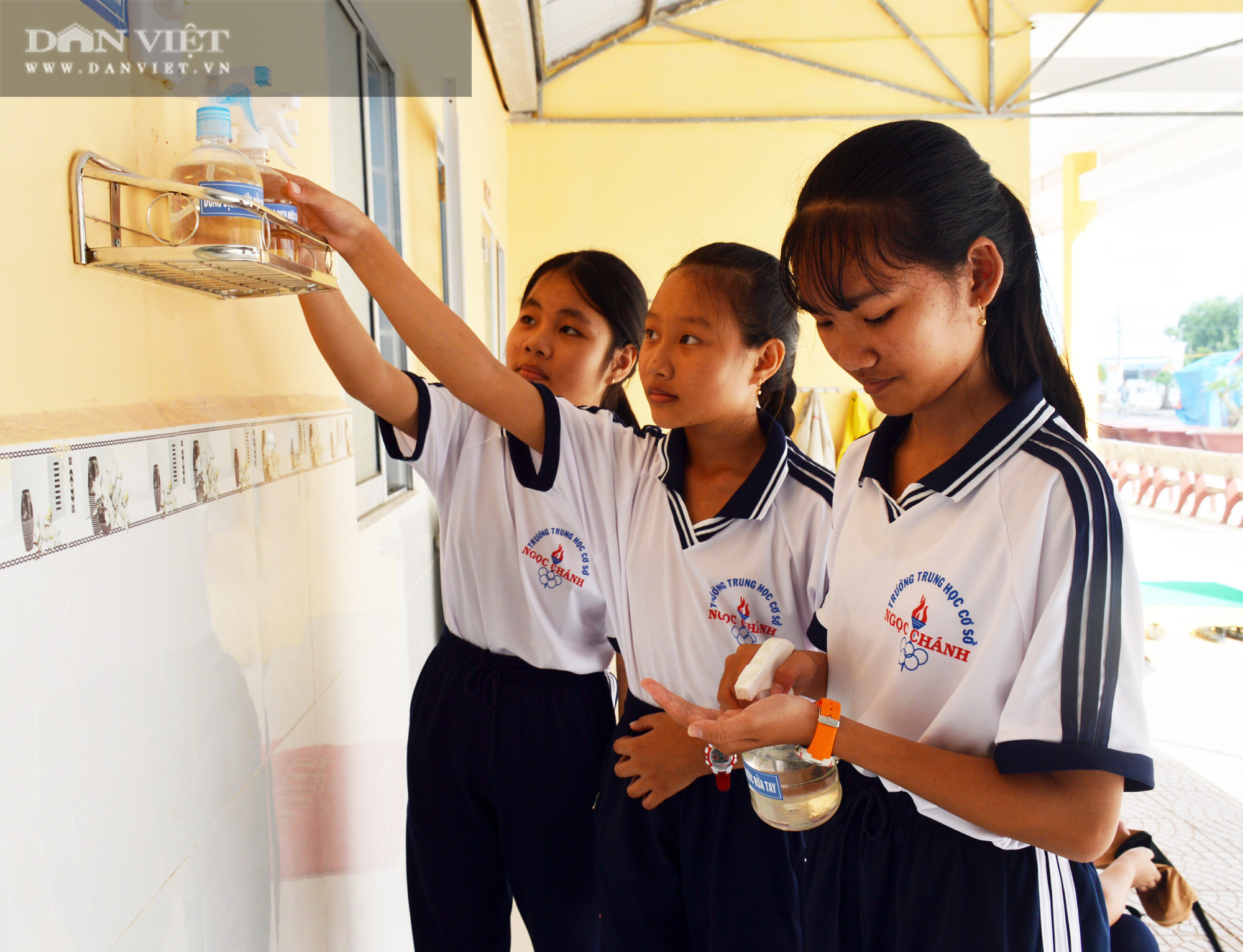 Người thầy Hiệu trưởng vùng sâu mang nước rửa tay, khẩu trang đến tận nhà cho học sinh - Ảnh 4.