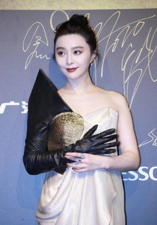 """Mỹ nhân phim cổ trang Trung Quốc ngoài đời gây """"choáng"""" gương mặt bị chê đơ cứng - Ảnh 1."""