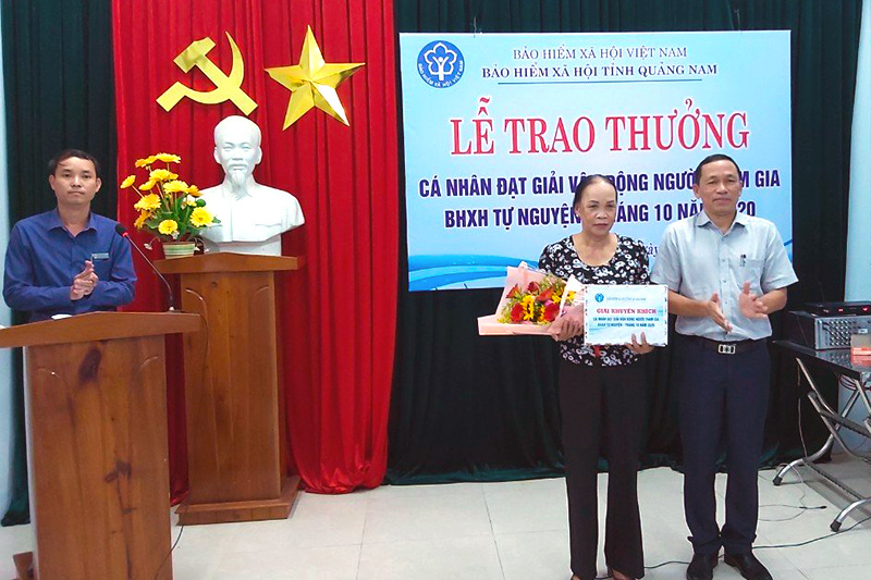 Trao giải thưởng cho nhân viên đại lý giỏi vận động người tham gia BHXH tự nguyện - Ảnh 1.