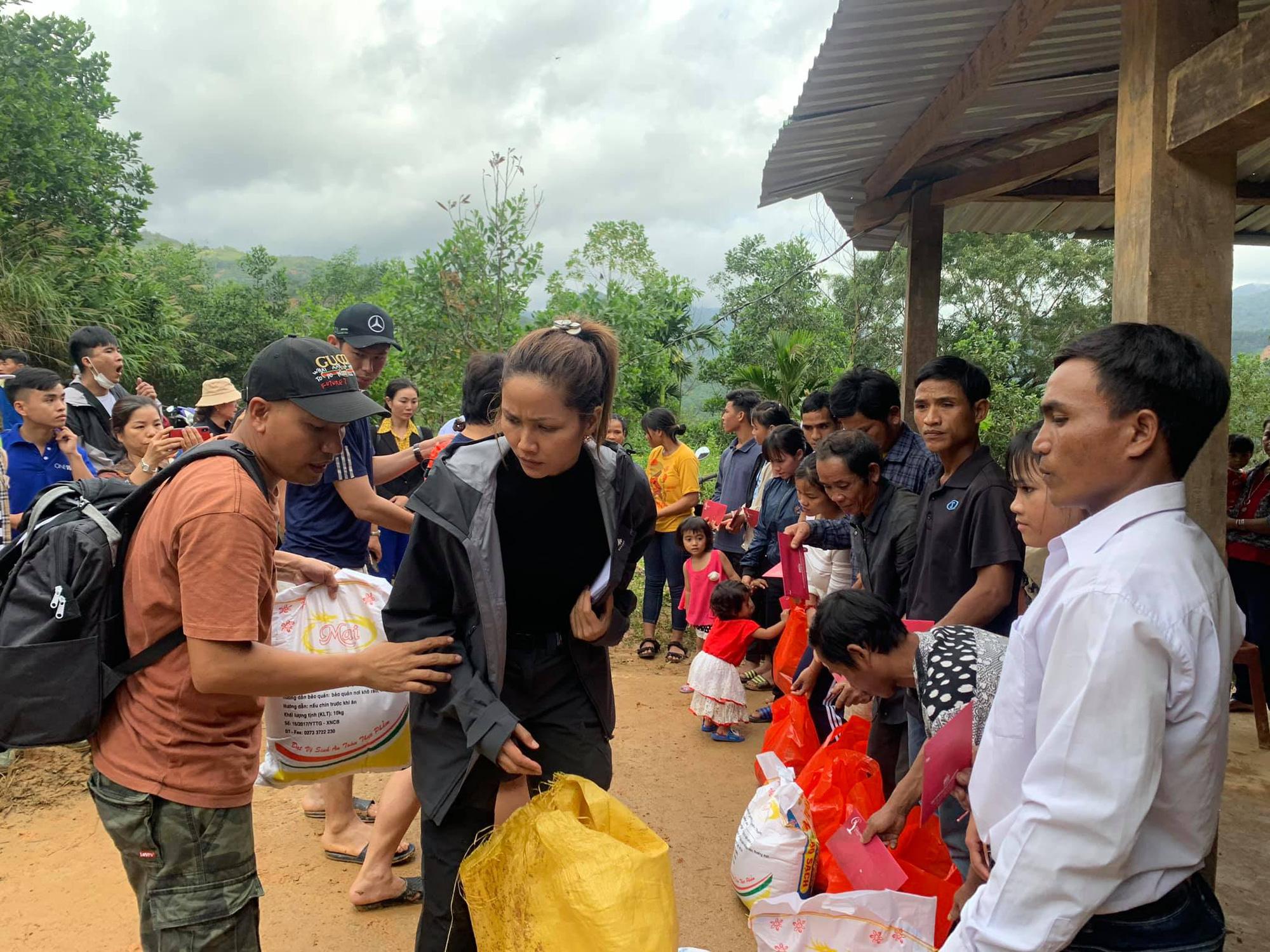 Hoa hậu H'Hen Niê lội bùn đến thăm nạn nhân sạt lở đất ở huyện Nam Trà My - Ảnh 1.