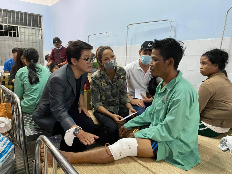 Hoa hậu H'Hen Niê lội bùn đến thăm nạn nhân sạt lở đất ở huyện Nam Trà My - Ảnh 2.