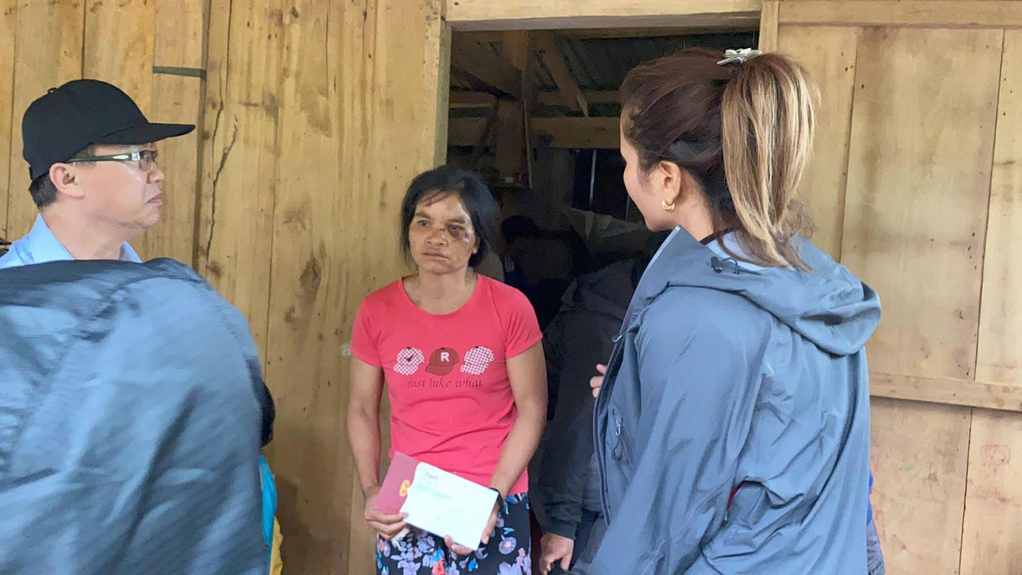 Hoa hậu H'Hen Niê lội bùn đến thăm nạn nhân sạt lở đất ở huyện Nam Trà My - Ảnh 3.