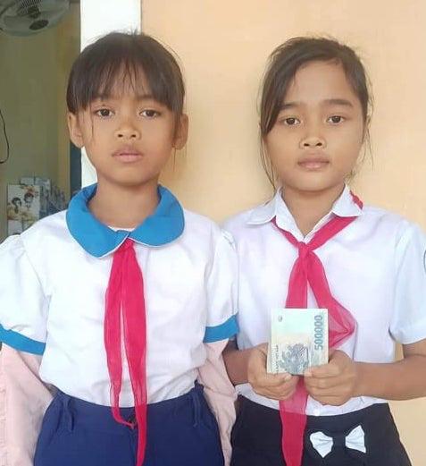 Nhặt được 5 triệu đồng trong chiếc áo cứu trợ lũ lụt, 2 học sinh nghèo ở Quảng Trị nhờ trường trả lại - Ảnh 2.