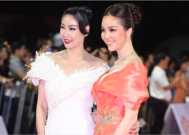 """Trần Tiểu Vy mặc váy xẻ cao """"bất tận"""", Thùy Tiên mặc xuyên thấu quyến rũ tại thảm đỏ Hoa hậu Việt Nam 2020  - Ảnh 5."""
