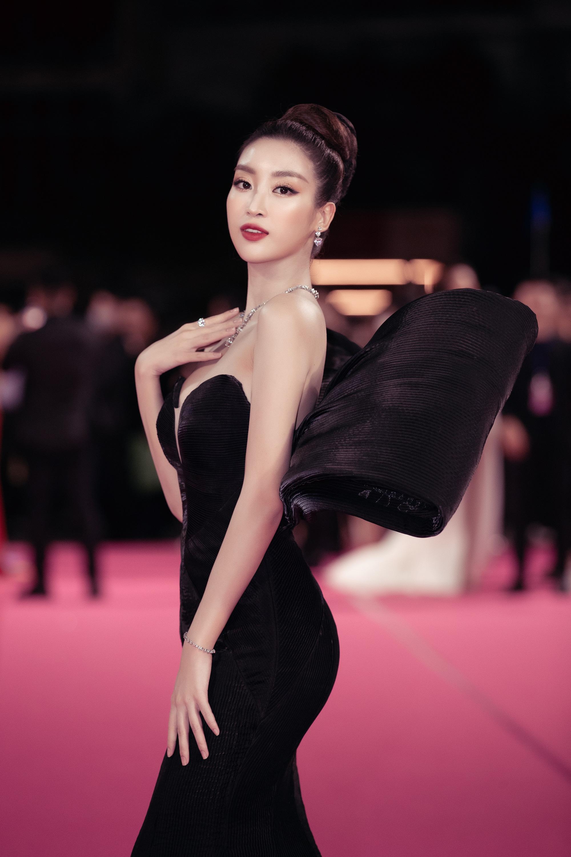 """Trần Tiểu Vy gây """"choáng"""" với váy xẻ cao bất tận, Thùy Tiên mặc xuyên thấu quyến rũ hút mắt - Ảnh 10."""