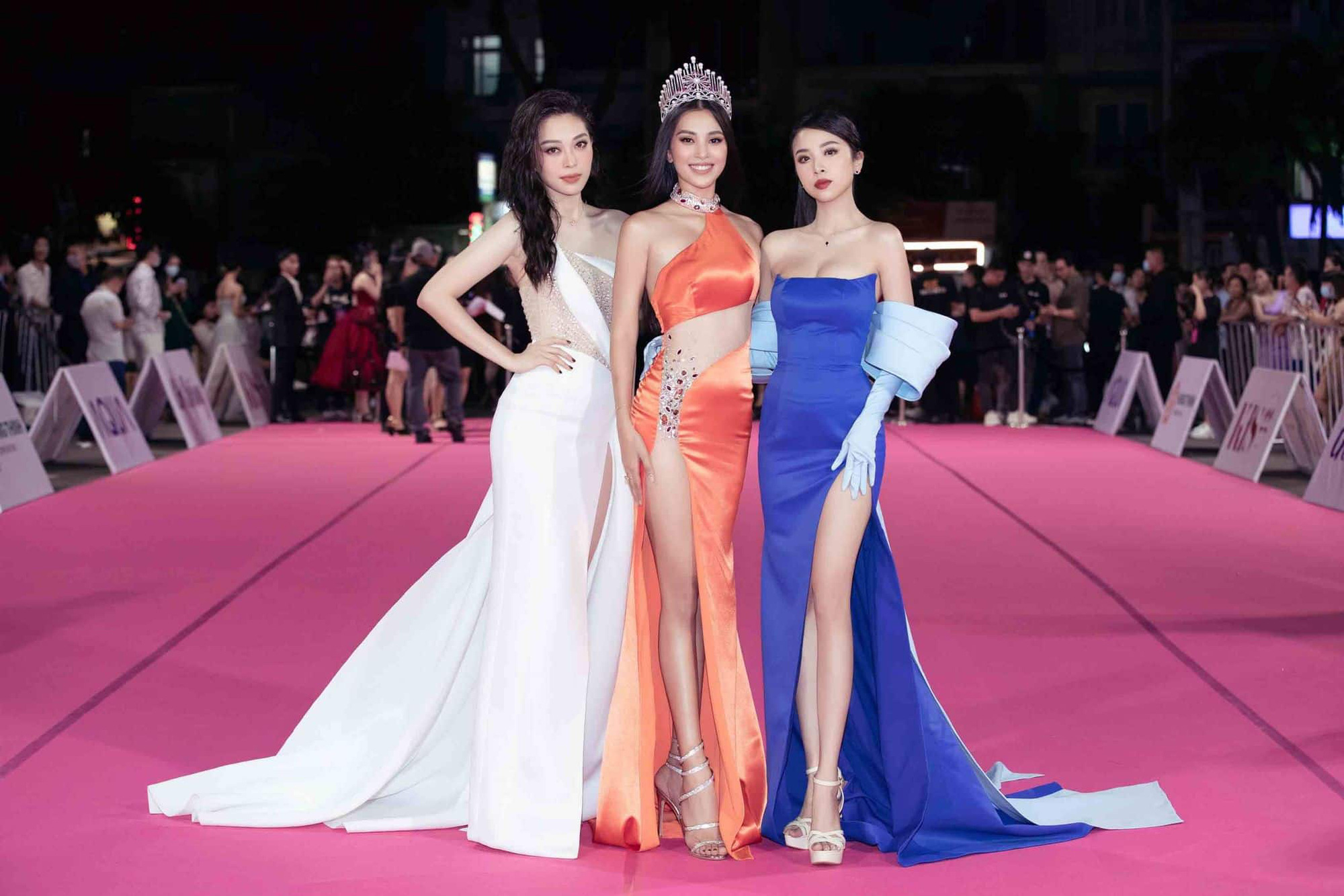 """Trần Tiểu Vy mặc váy xẻ cao """"bất tận"""", Thùy Tiên mặc xuyên thấu quyến rũ tại thảm đỏ Hoa hậu Việt Nam 2020  - Ảnh 3."""