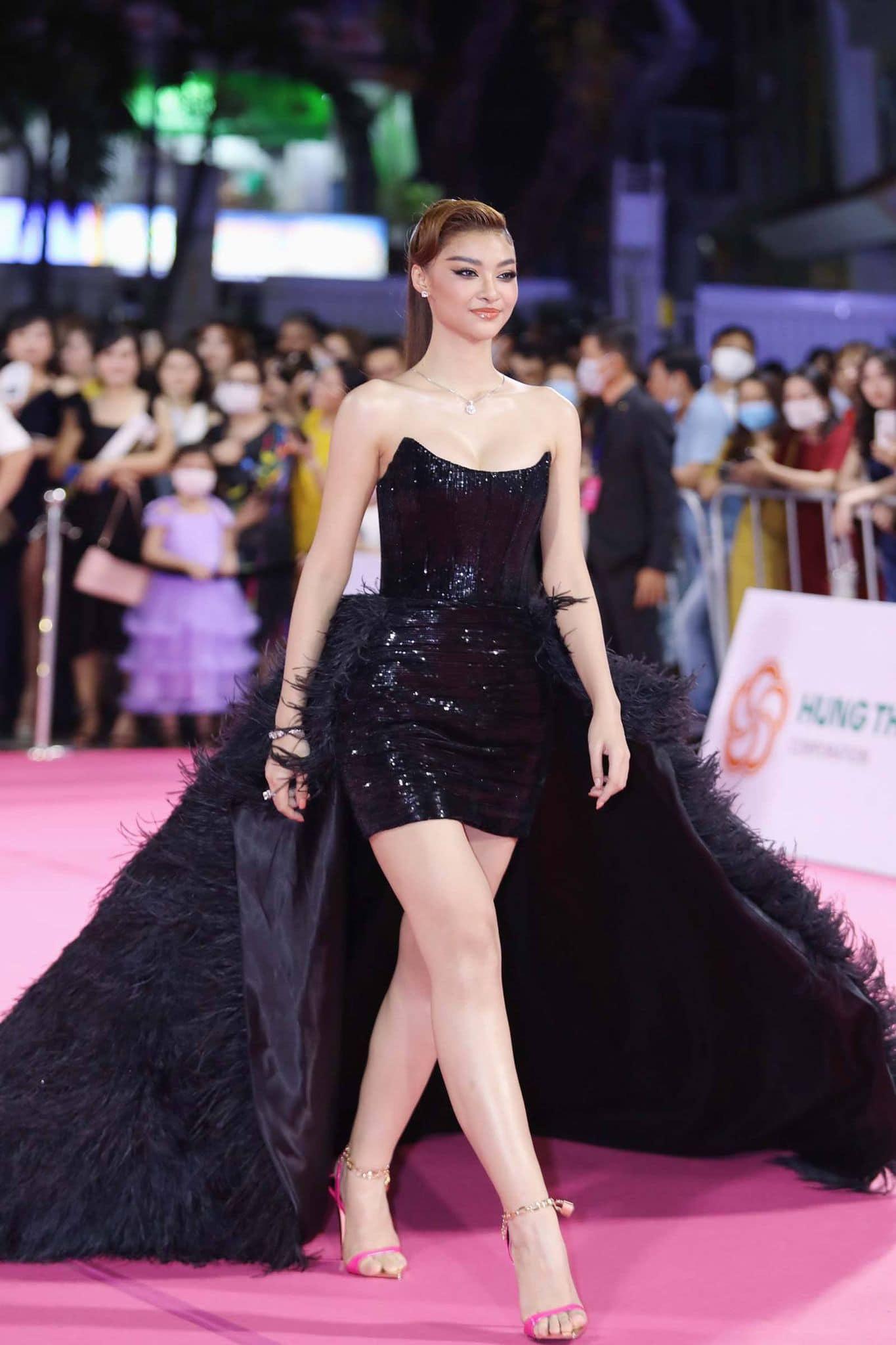 """Trần Tiểu Vy mặc váy xẻ cao """"bất tận"""", Thùy Tiên mặc xuyên thấu quyến rũ tại thảm đỏ Hoa hậu Việt Nam 2020  - Ảnh 6."""