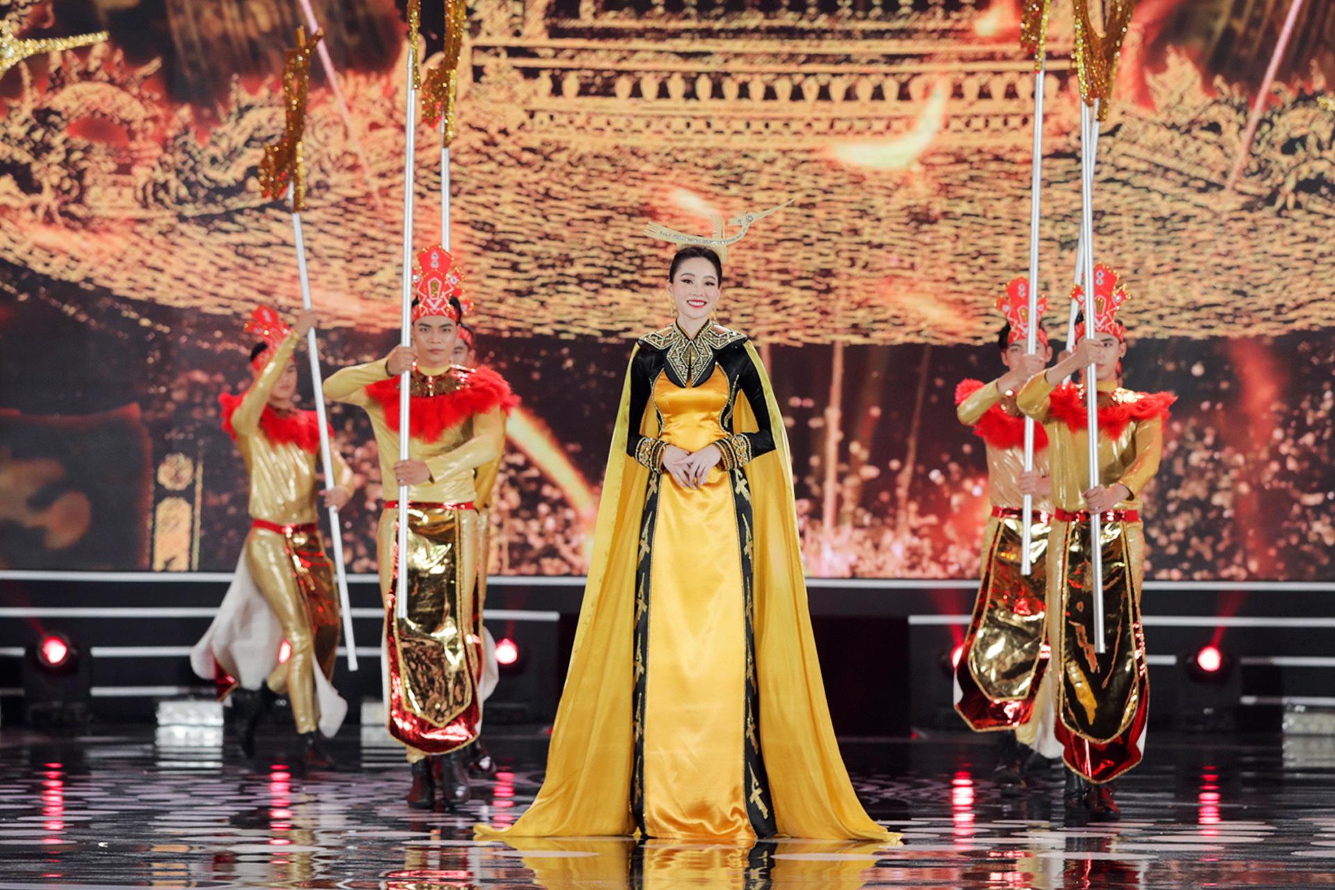 5 Hoa hậu mặc áo dài đọ sắc Chung kết Hoa hậu Việt Nam: Đặng Thu Thảo đẹp tựa nữ thần,  - Ảnh 4.