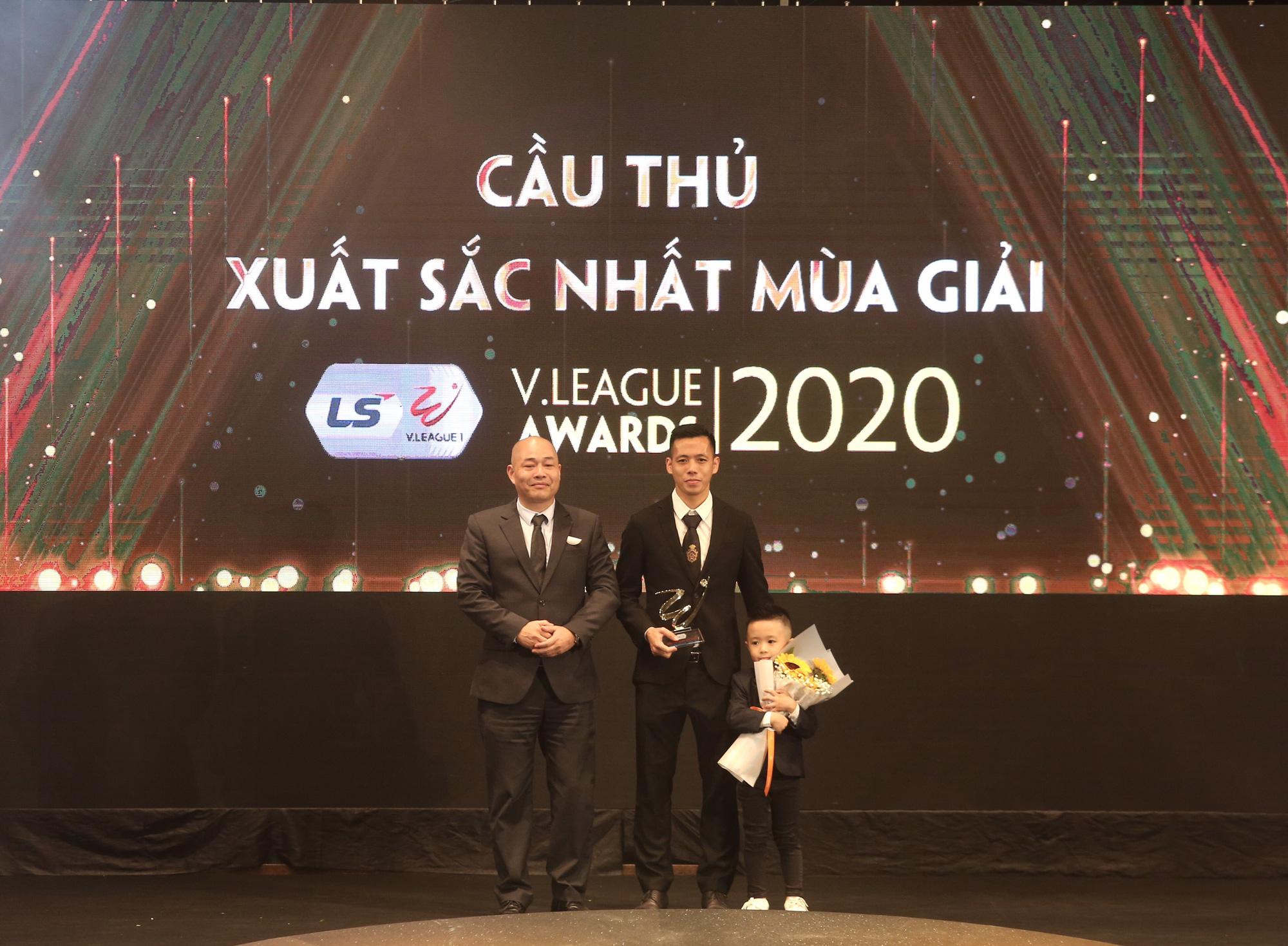 Văn Quyết cùng con trai nhận giải thưởng Cầu thủ xuất sắc nhất V.League 2020. Ảnh: Hải Đăng