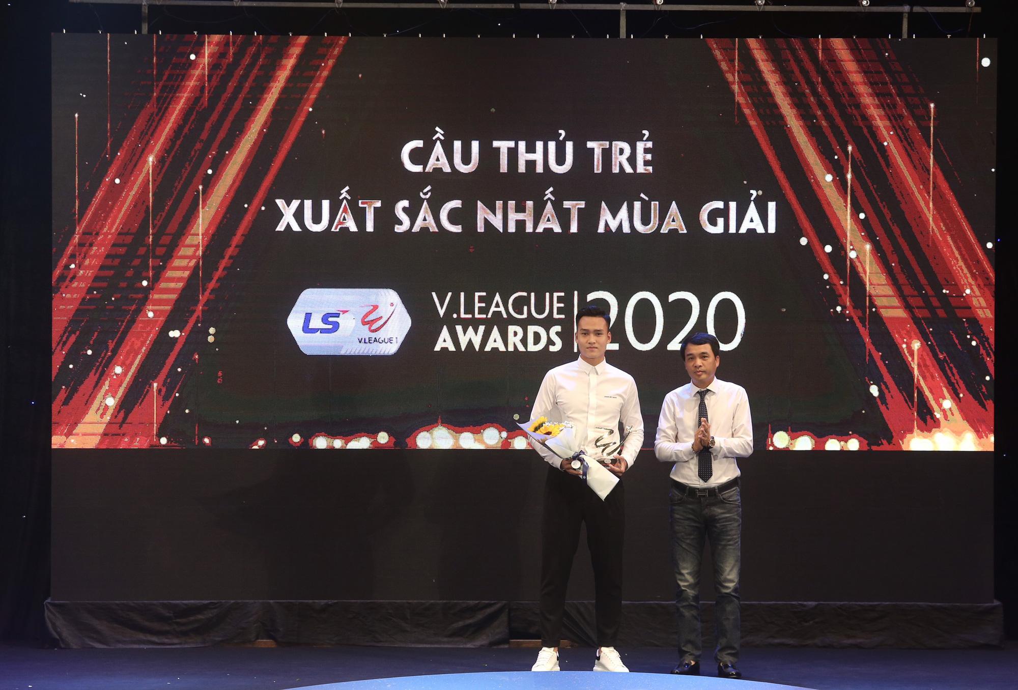 Văn Quyết,HLV Trương Việt Hoàng tỏa sáng tại V.League Awards 2020 - Ảnh 3.