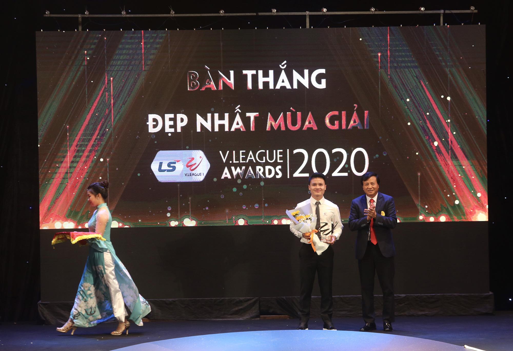 Văn Quyết,HLV Trương Việt Hoàng tỏa sáng tại V.League Awards 2020 - Ảnh 2.