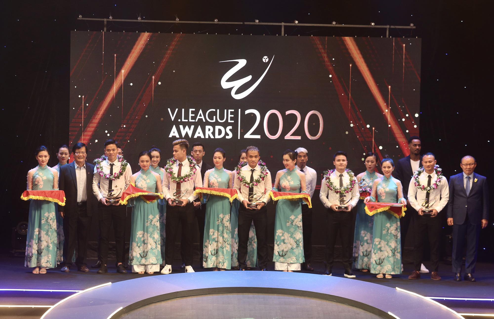 Văn Quyết,HLV Trương Việt Hoàng tỏa sáng tại V.League Awards 2020 - Ảnh 5.