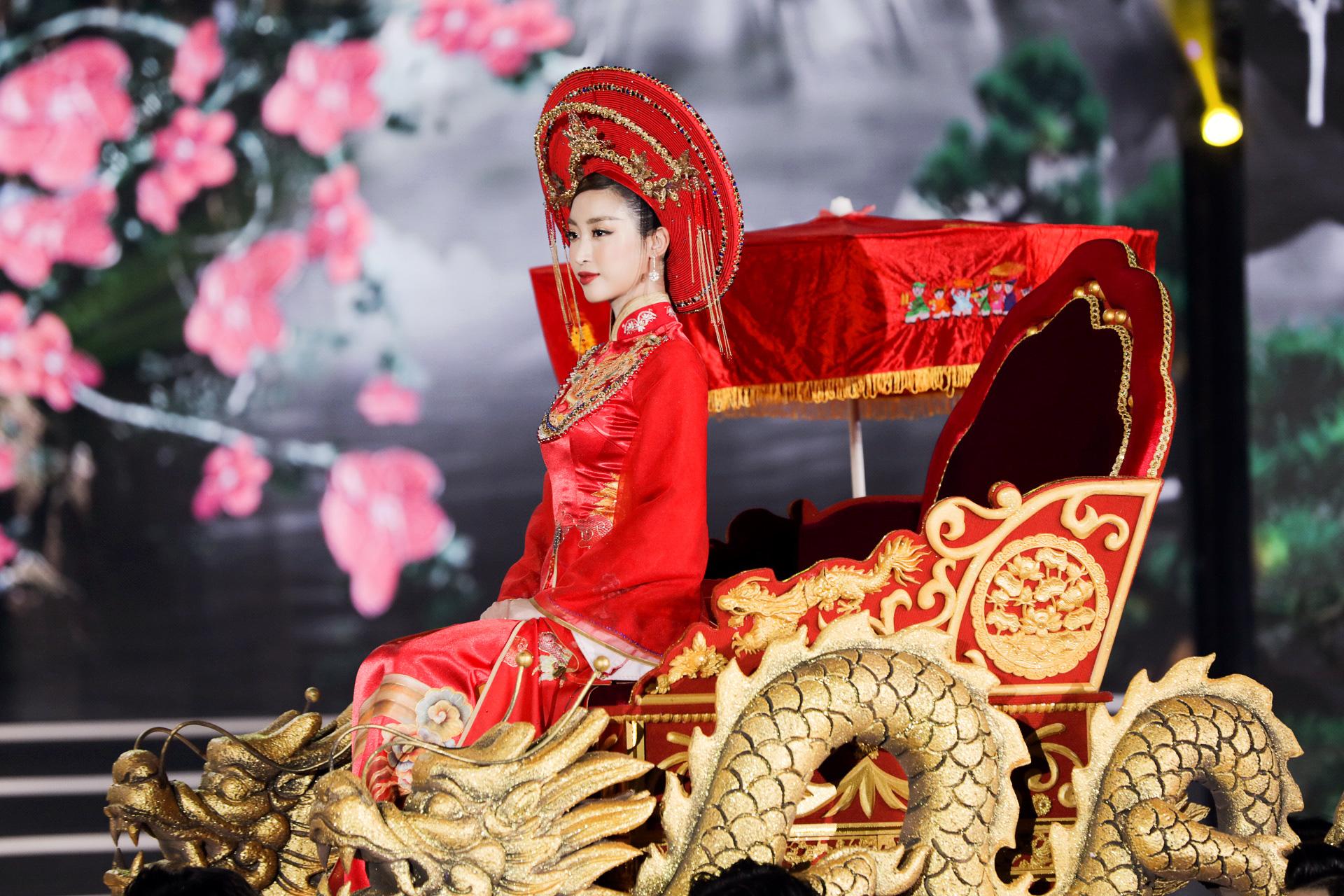 5 Hoa hậu mặc áo dài đọ sắc Chung kết Hoa hậu Việt Nam: Đặng Thu Thảo đẹp tựa nữ thần,  - Ảnh 2.