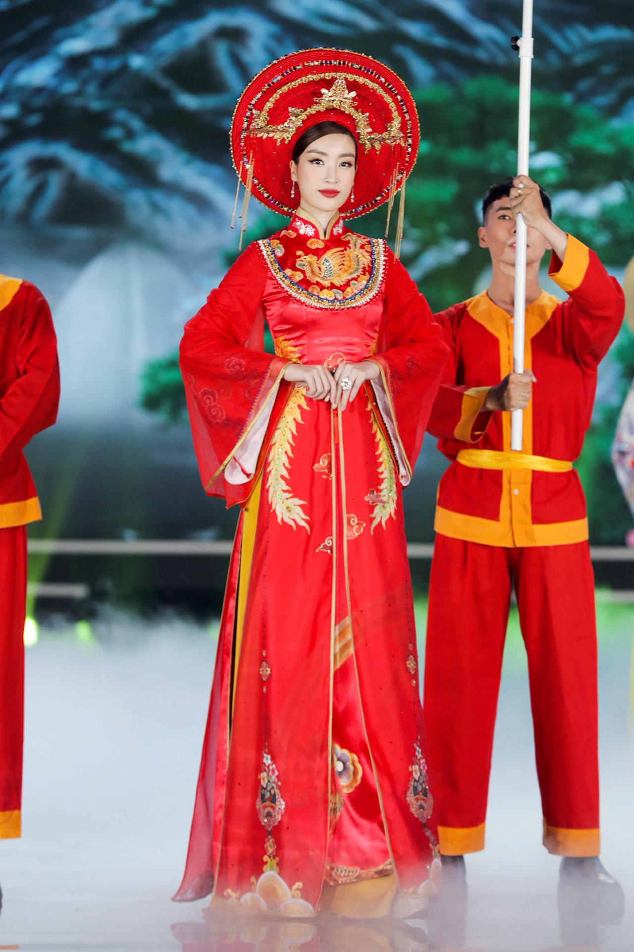 5 Hoa hậu mặc áo dài đọ sắc Chung kết Hoa hậu Việt Nam: Đặng Thu Thảo đẹp tựa nữ thần,  - Ảnh 1.
