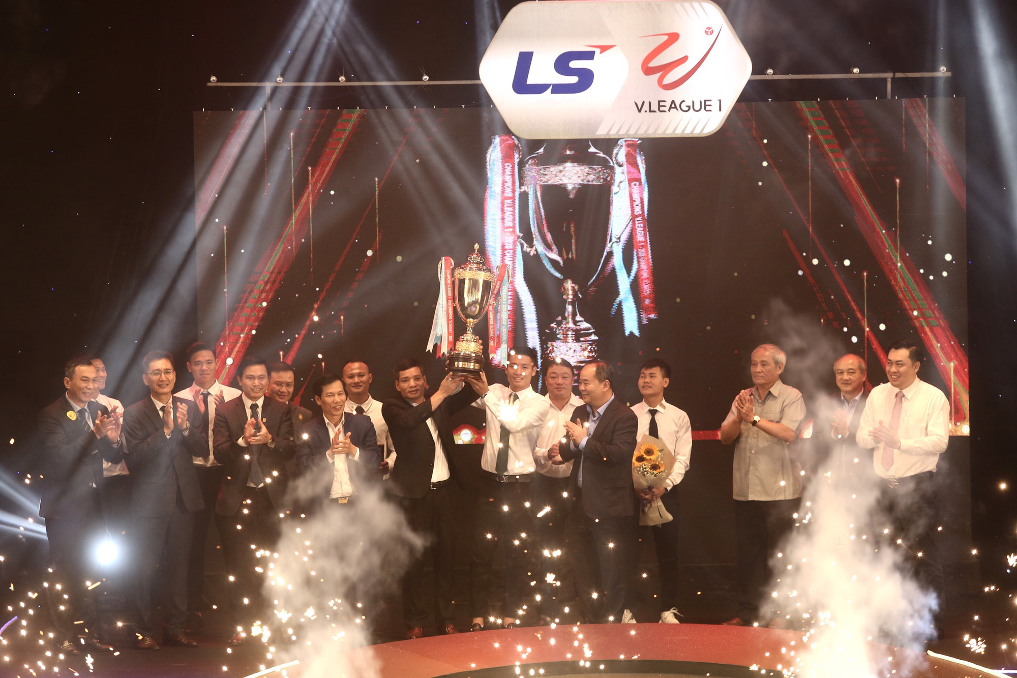 Văn Quyết,HLV Trương Việt Hoàng tỏa sáng tại V.League Awards 2020 - Ảnh 6.
