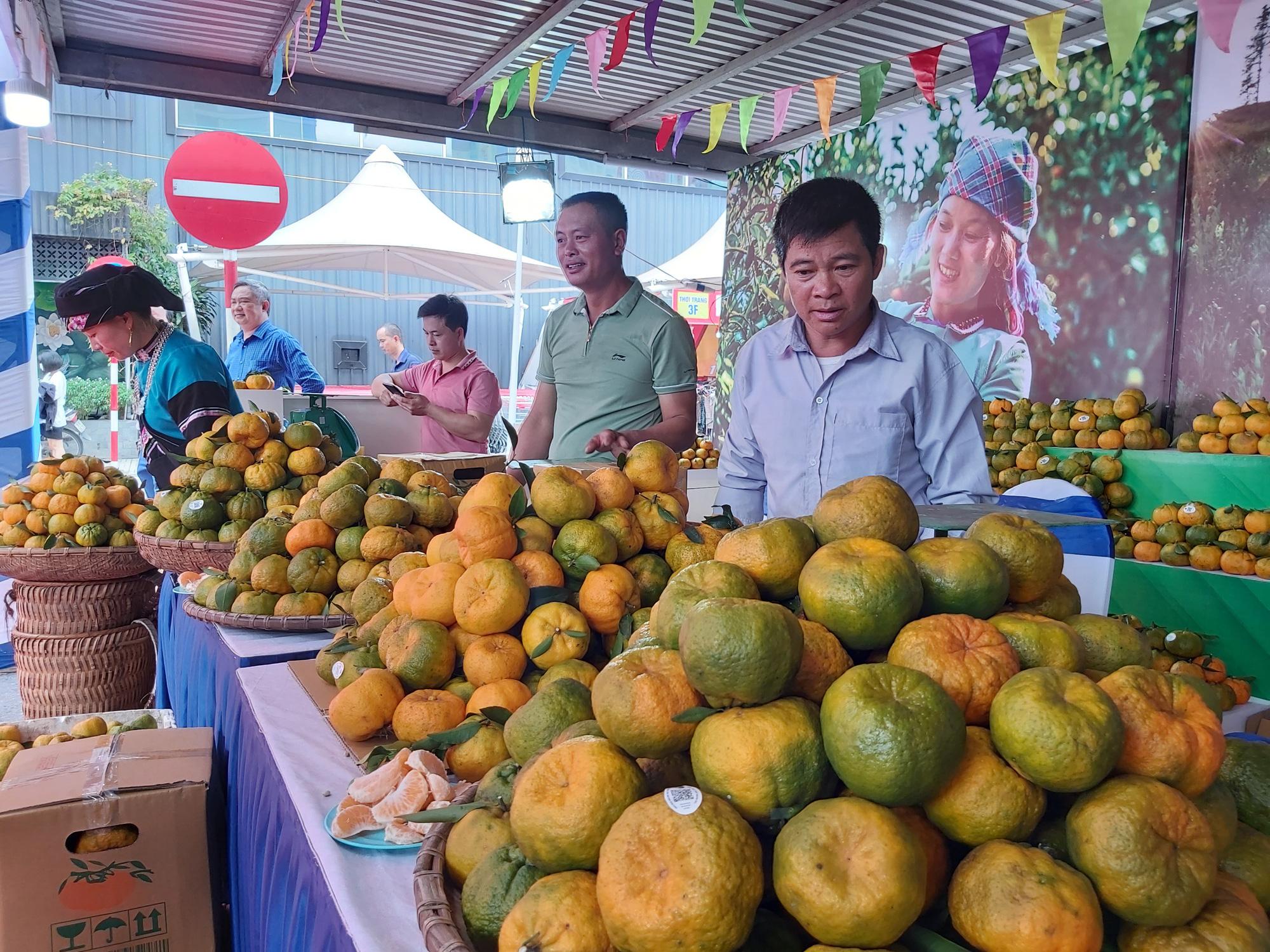 """Quýt ngọt, gạo Séng Cù, bưởi Múc...của huyện Mường Khương """"đổ bộ"""" xuống Thủ đô, người dân mê mẩn mua về ăn thử - Ảnh 11."""