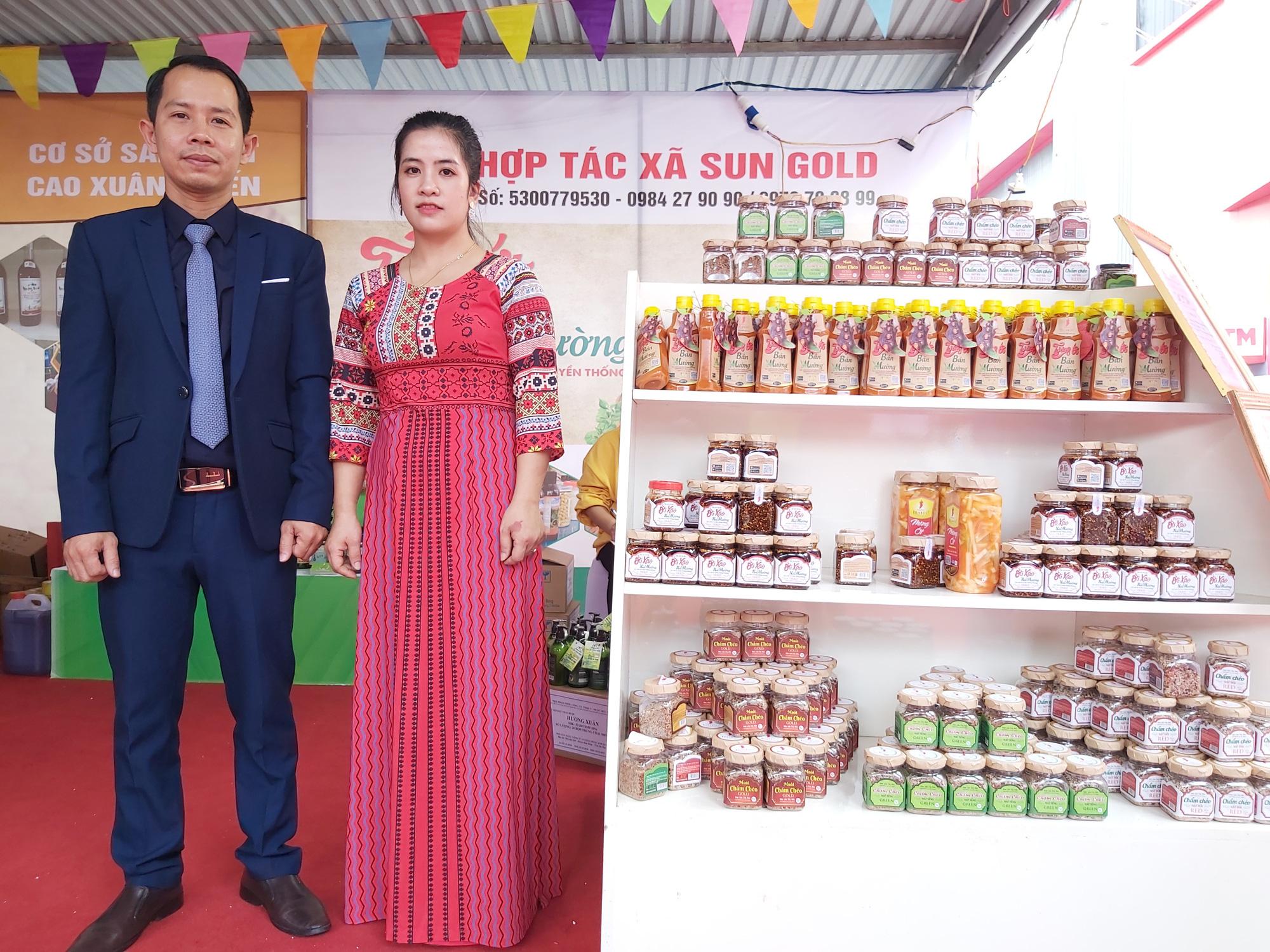 """Quýt ngọt, gạo Séng Cù, bưởi Múc...của huyện Mường Khương """"đổ bộ"""" xuống Thủ đô, người dân mê mẩn mua về ăn thử - Ảnh 9."""